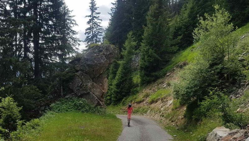 Le même rocher en été lors de la descente en trottinettes dont le parcours est pour la majeure partie le même que la luge.