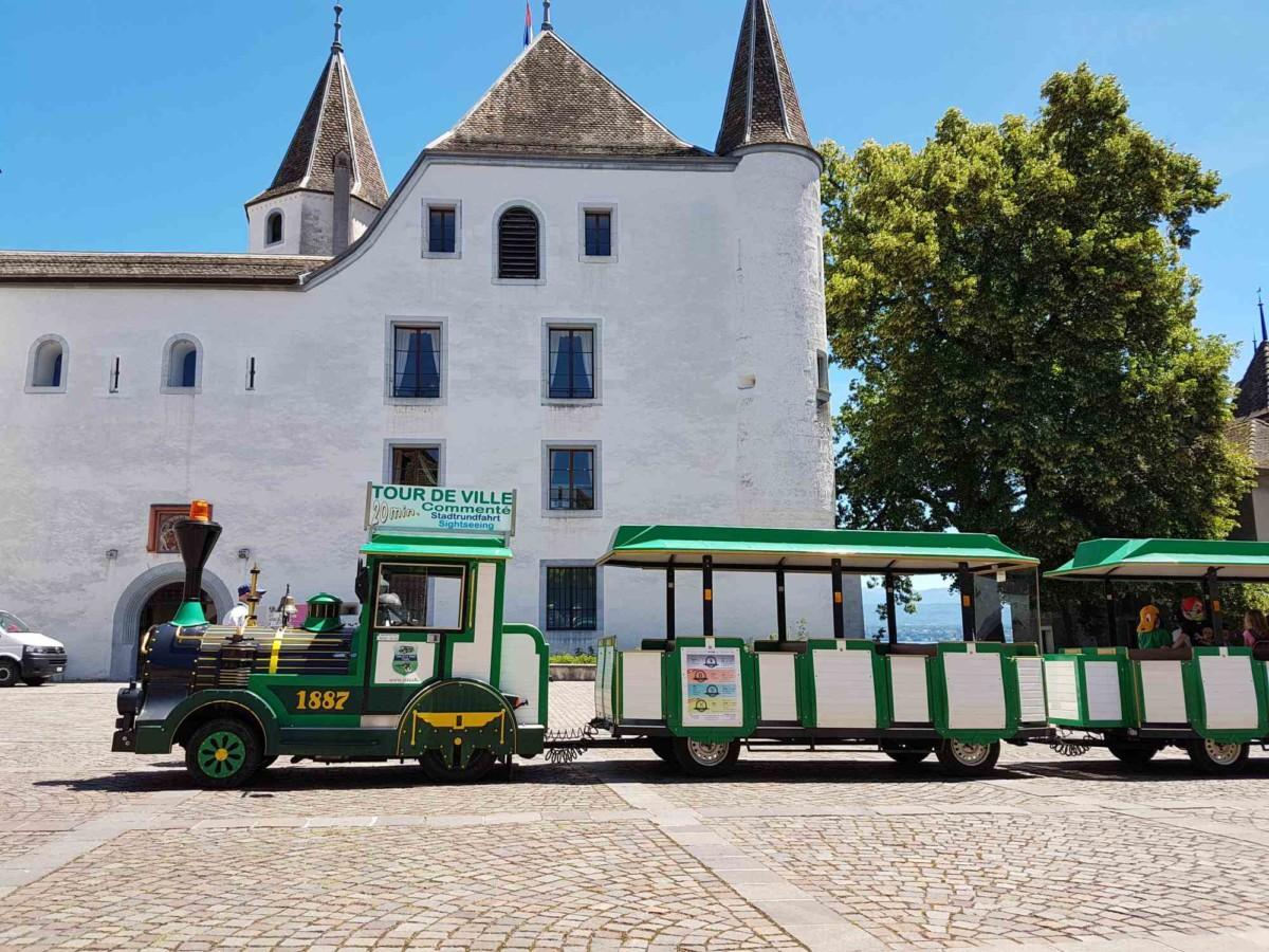 Le petit train de Nyon devant le château. Photo: Nyon Tourisme.
