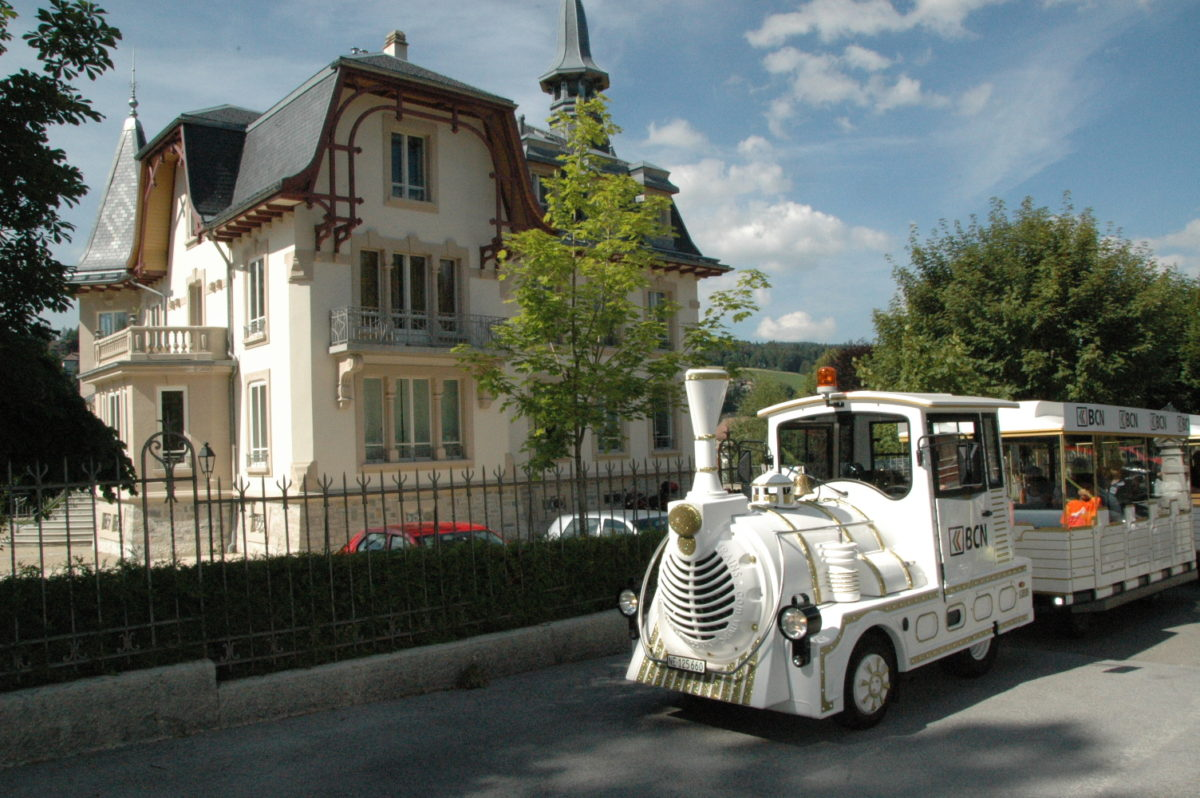 Le Petit train parcourant le Locle et la Chaux-de-Fonds.