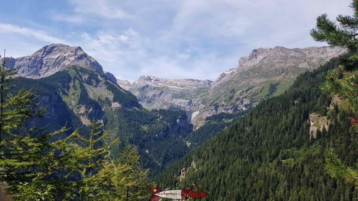 Point de vue sur le haut de la vallée de la Lienne avec le barrage de Tseuzier.