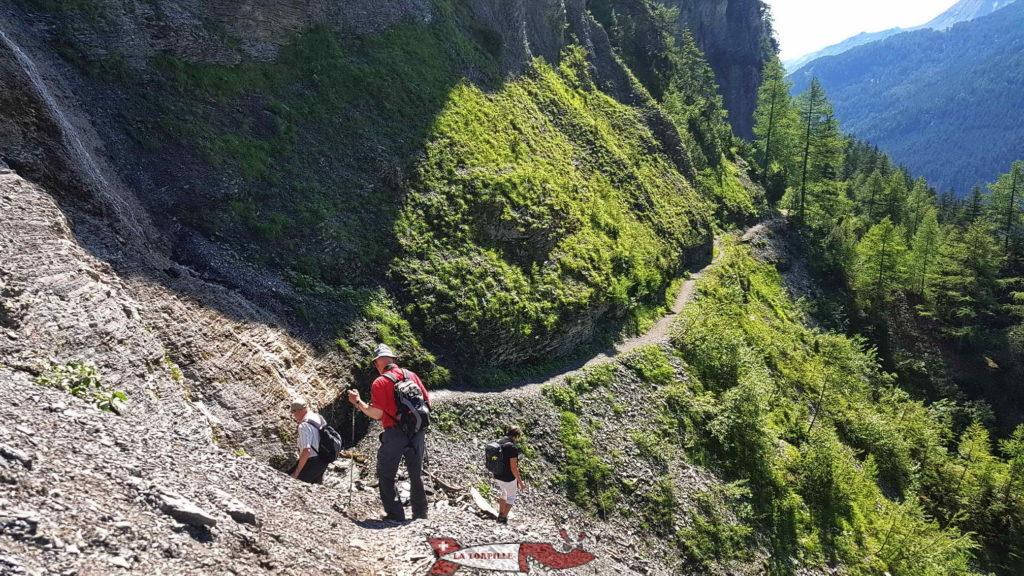 Le chemin le long du vallon de l'Ertentse.