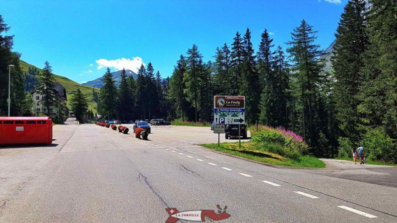 Le parking à droite de la route principale juste avant l'entrée du village de la Fouly.