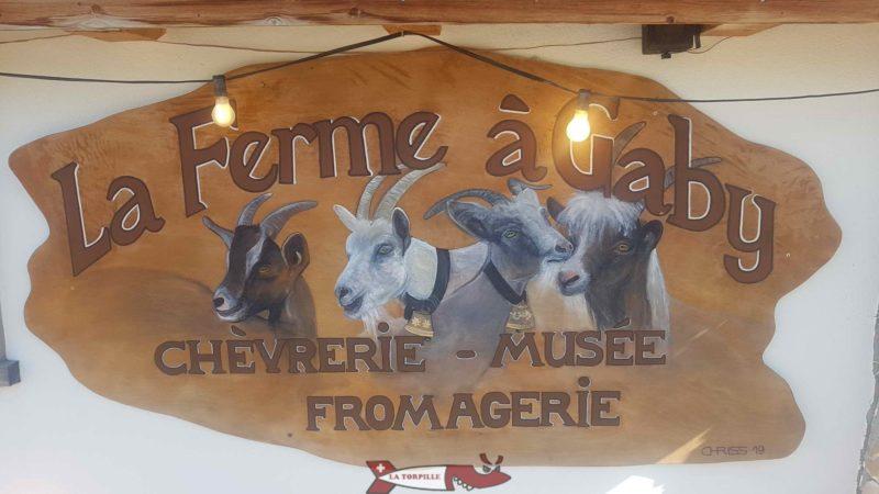 Un panneau publicitaire devant la ferme à Gaby.