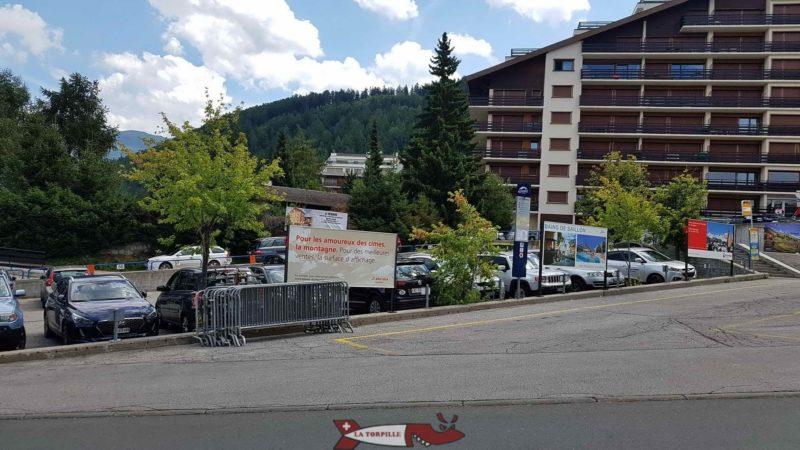 Le parking au départ du télécabine.