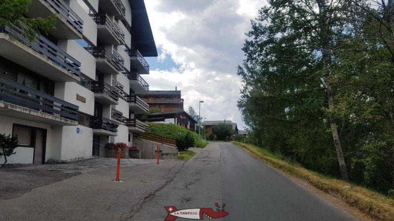 Le début du parcours emprunte la route goudronnée depuis le parking du télécabine.