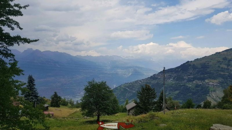 La vue sur la vallée du Rhône et le versant Nord des alpes valaisannes.