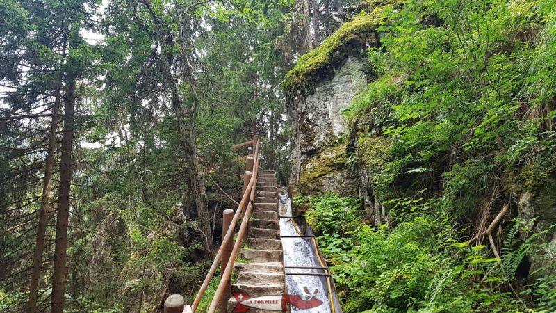 Le chemin le long d'un rocher.