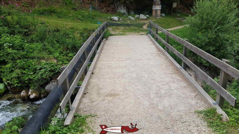 Le passage sur la rivière Printse. La prise d'eau du bisse du Milieu se trouve quelques mètres en amont.