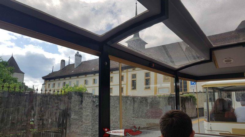 Le petit train au niveau du monastère des Dominicaines. Le toit transparent du petit train permet une bonne visibilité.