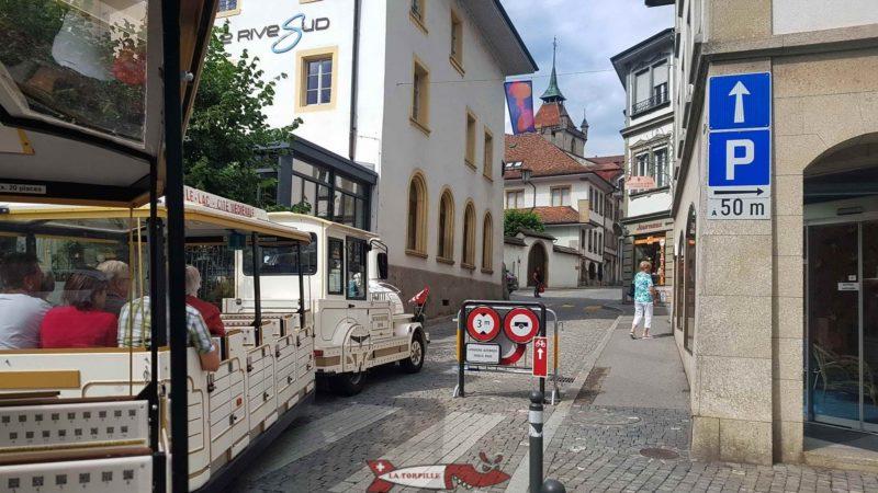Le petit train dans les ruelles de la vielle ville d'Estavayer.