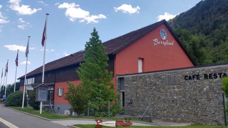 Le bâtiment qui héberge au rez le chiens de la race Saint Bernard.