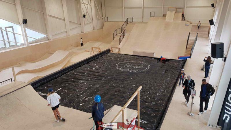 Le skatepark intérieur avec la zone de réception du Big air en noir.