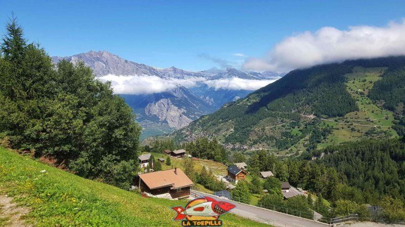 La vue sur Isérable et la vallée du Rhône depuis le parcours du Vieux.