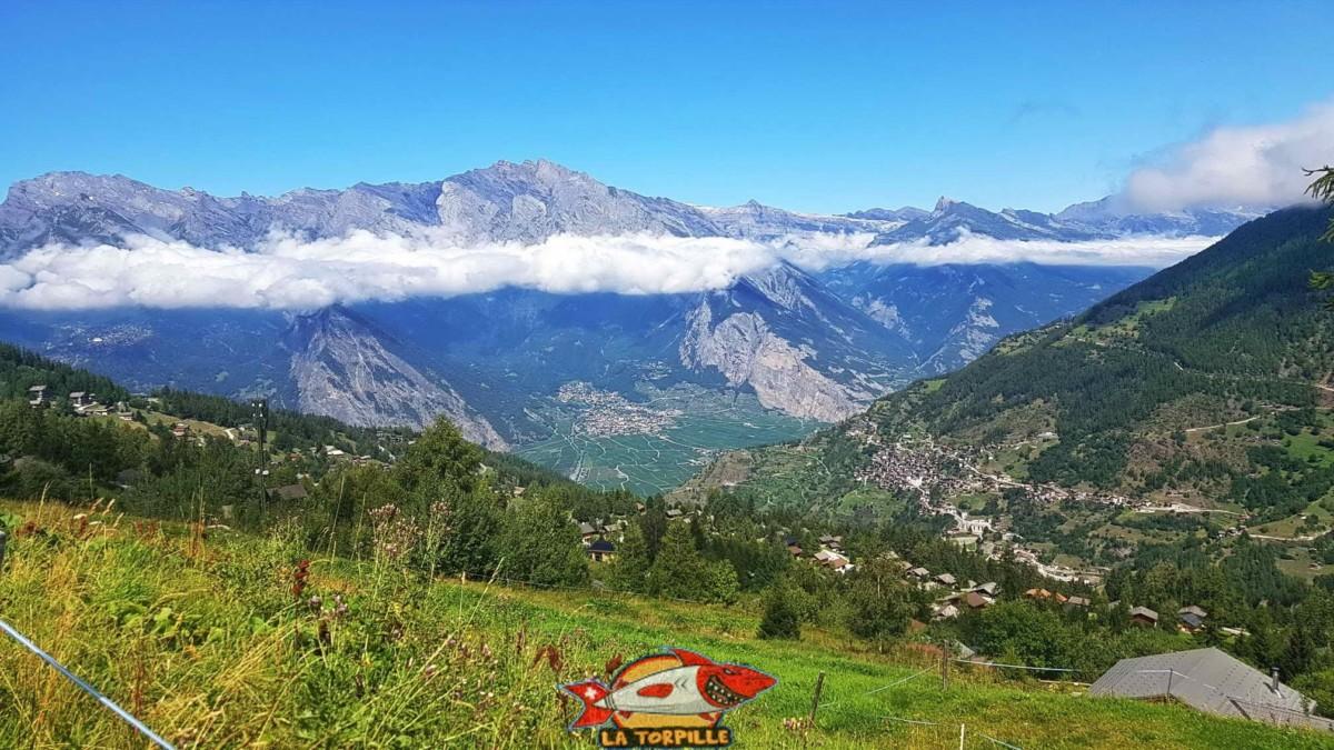 Point de Vue sur le vallon de la Fare avec Isérables en face de la Tzoumaz et la vallée du Rhône avec Chamoson