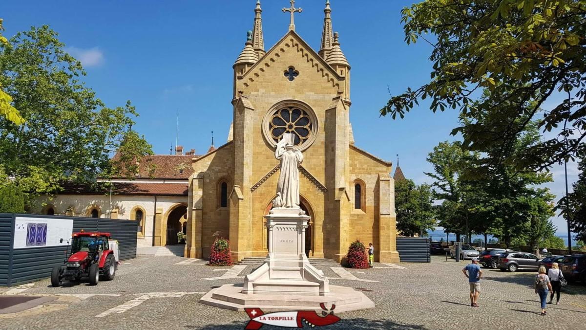 La statue en pierre blanche de Guillaume Farel mort à Neuchâtel 1565.
