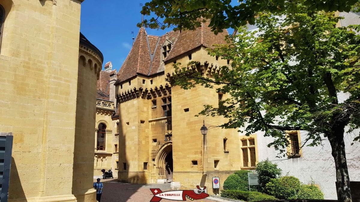 Le portail d'entrée du château de Neuchâtel datant du début du 19e siècle.