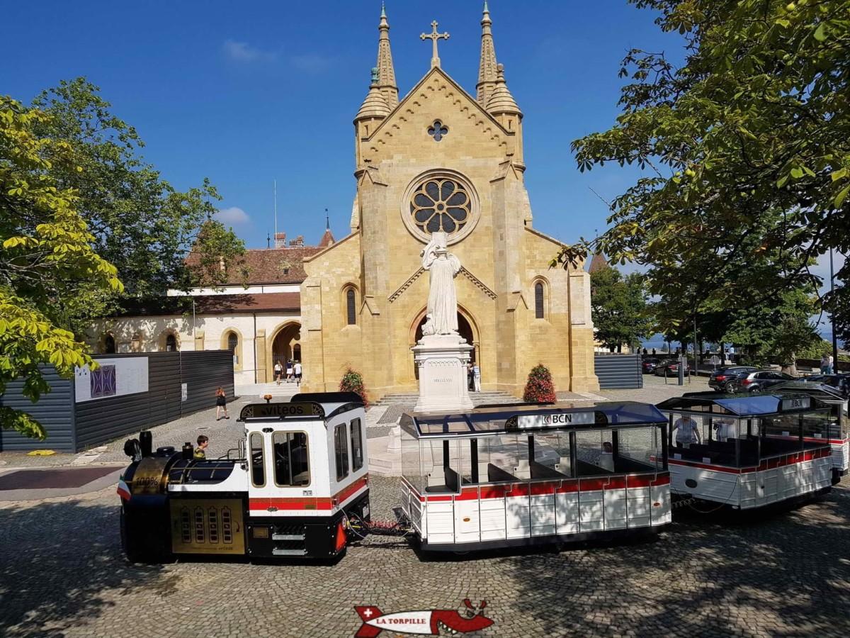 Le petit train de Neuchâtel en pause devant la collégiale.