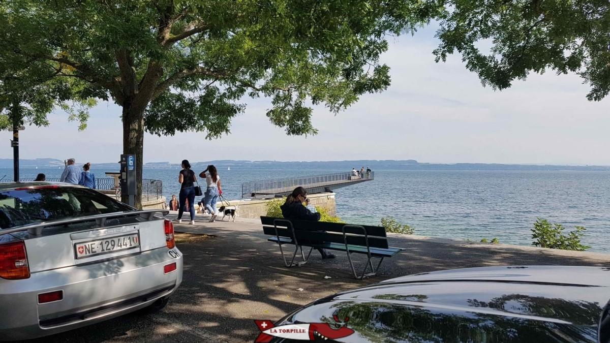 La passerelle de l'utopie au bord du lac de Neuchâtel à partir du petit train de Neuchâtel.