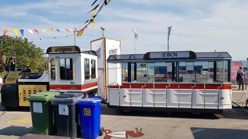 Le petit train stationné à son point de départ, place du port.