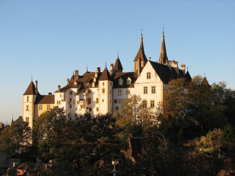 Le côté Est du château de Neuchâtel. On peut voir derrière celui-ci les pointes de la Collégiale.