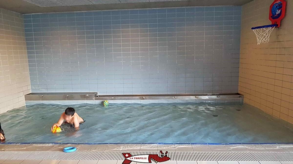 Un petit bassin d'un vingtaine de centimètres de hauteur permet aux tout-petits de jouer avec des balles.