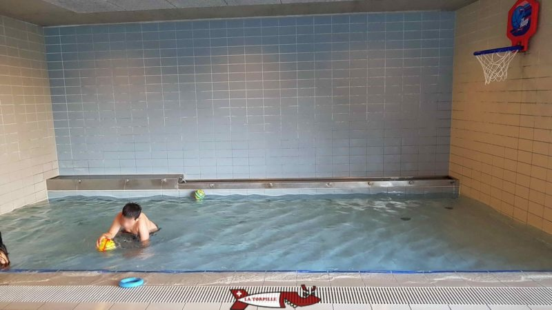 A small pool about 20 centimetres high allows toddlers and babies to play with balls.