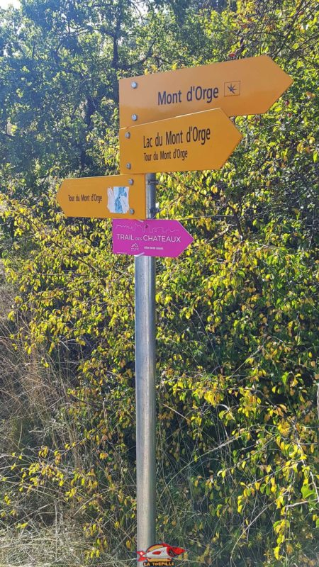 The signpost to get to the castle of Montorge.