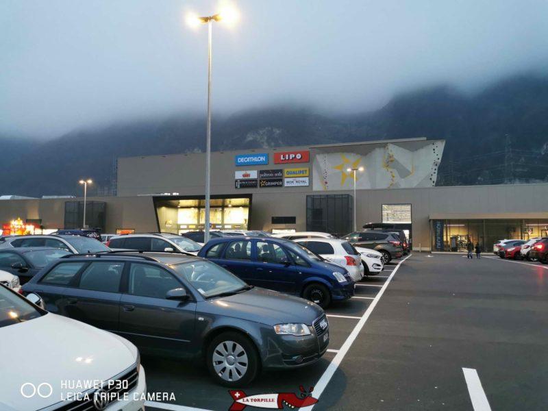 Le parking du centre commercial. Salle d'Escalade de Villeneuve
