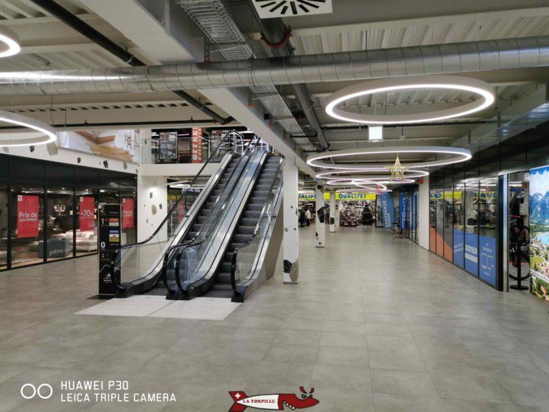L'intérieur du centre commercial. Il faut monter les escaliers roulants pour accéder à la salle de grimpe. Salle d'Escalade de Villeneuve