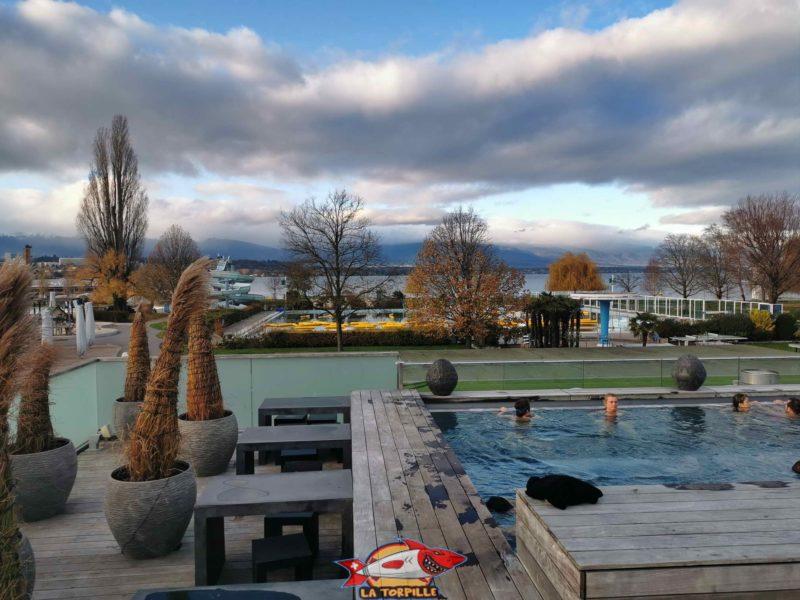 La vue sur Genève-Plage, le lac et les montagnes depuis la terrasse.
