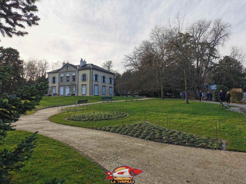 La Villa Le Chêne au sein du jardin botanique.