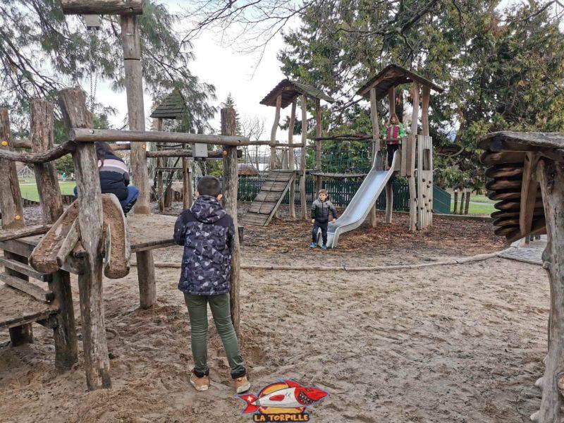 Une place de jeux. jardin botanique geneve