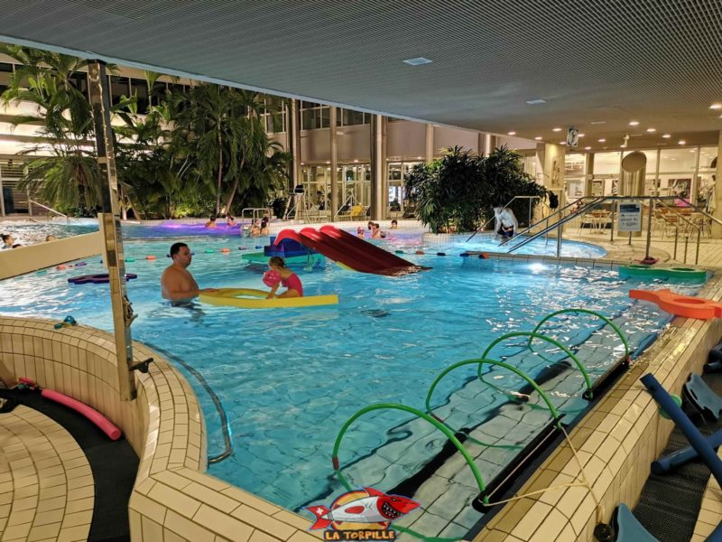 The Cressy baths next to the city of Geneva has an area dedicated to children under 6 years old with a slide or floats.