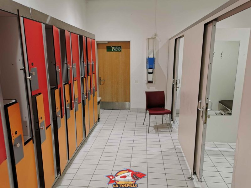 Changing rooms with lockers that are secured with a bracelet received at the entrance.