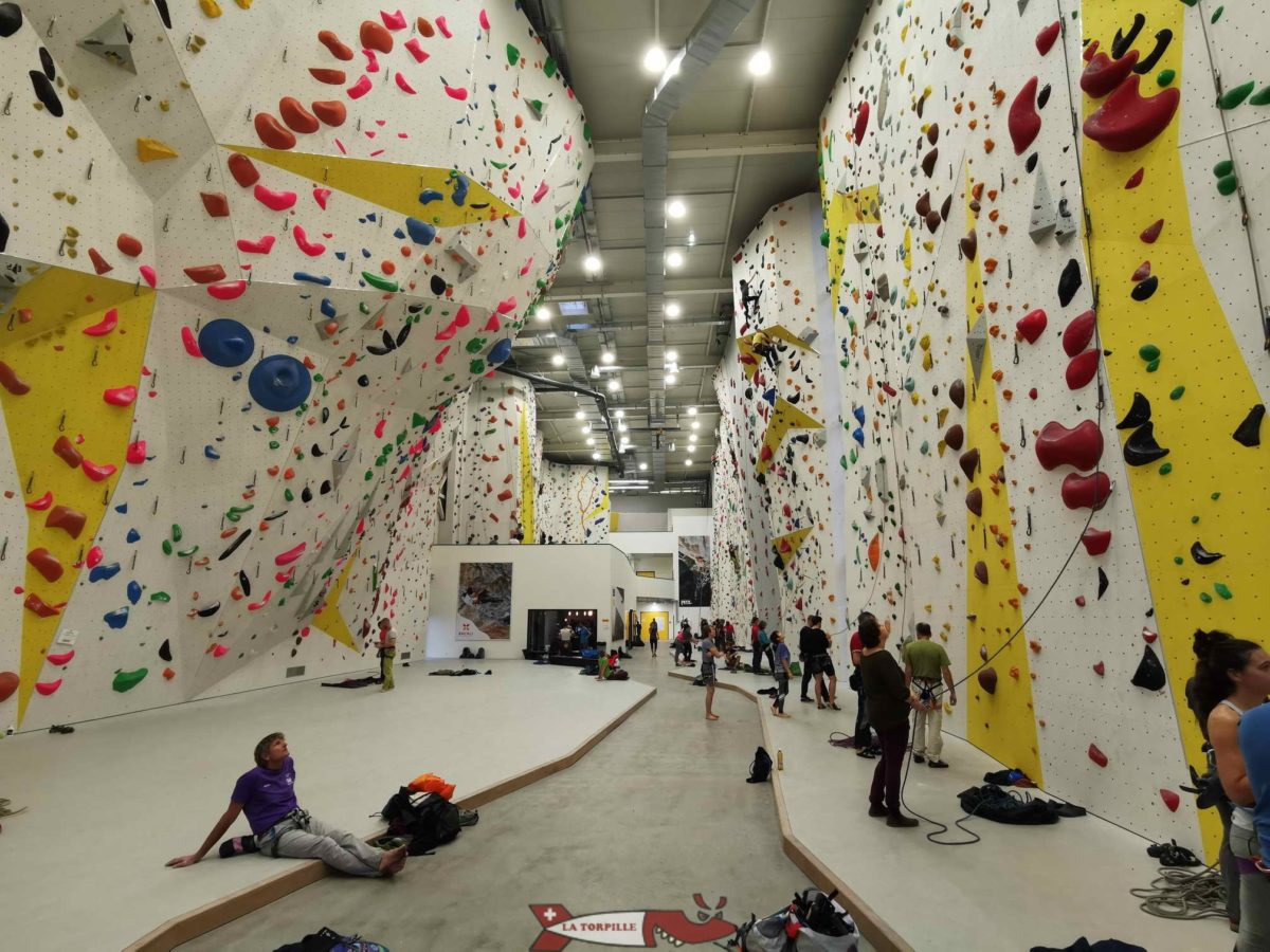 """La salle de grimpe de Villeneuve appartient à la chaine de grimpe """"grimper.ch"""" et se trouve dans le centre commercial Rocville."""