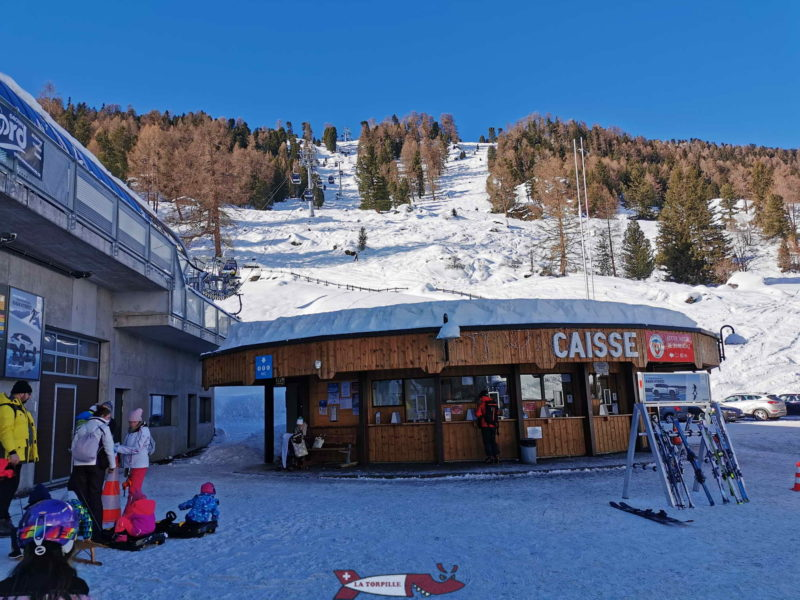 The cash desk is located next to the departure of the Tortin chairlift.