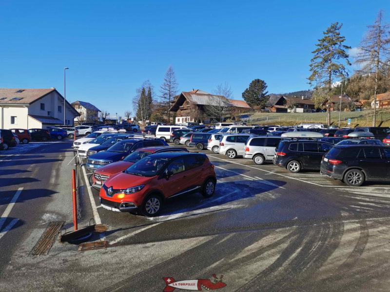 Le parking d'accès au télécabine de Charmey.