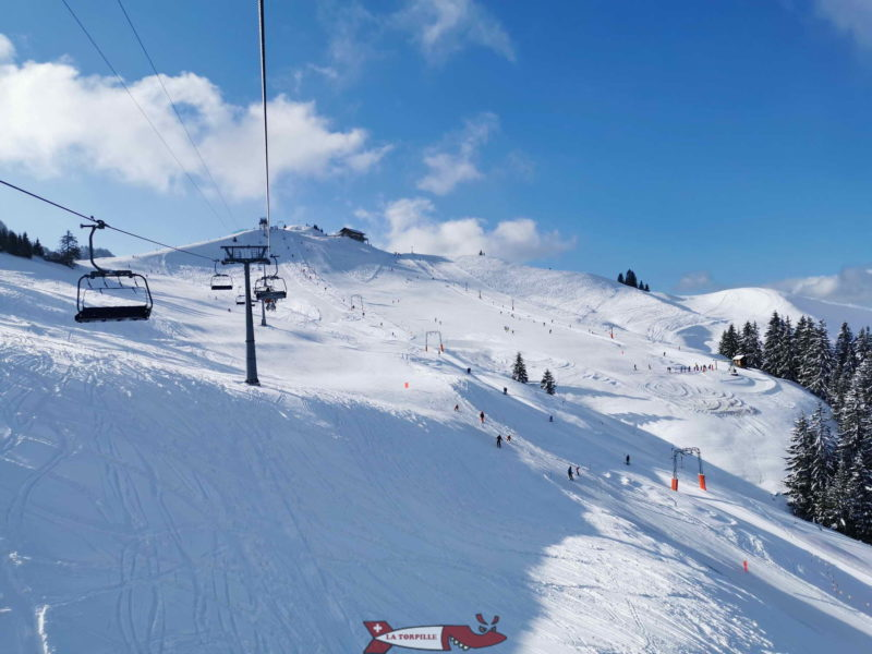 The ascent by chairlift with the ski lifts under Vounetse.