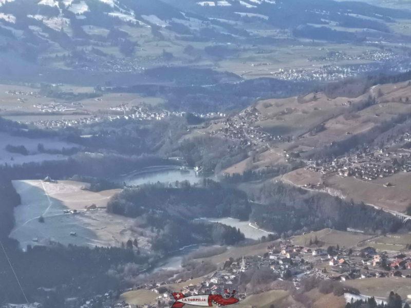 Le lac de Montsalvens depuis le Vounetse à 1610 m d'altitude, lieu de départ de la piste de luge de Charmey.