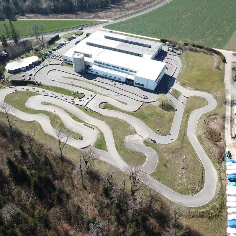 La piste extérieure et le hangar hébergeant la piste intérieure.