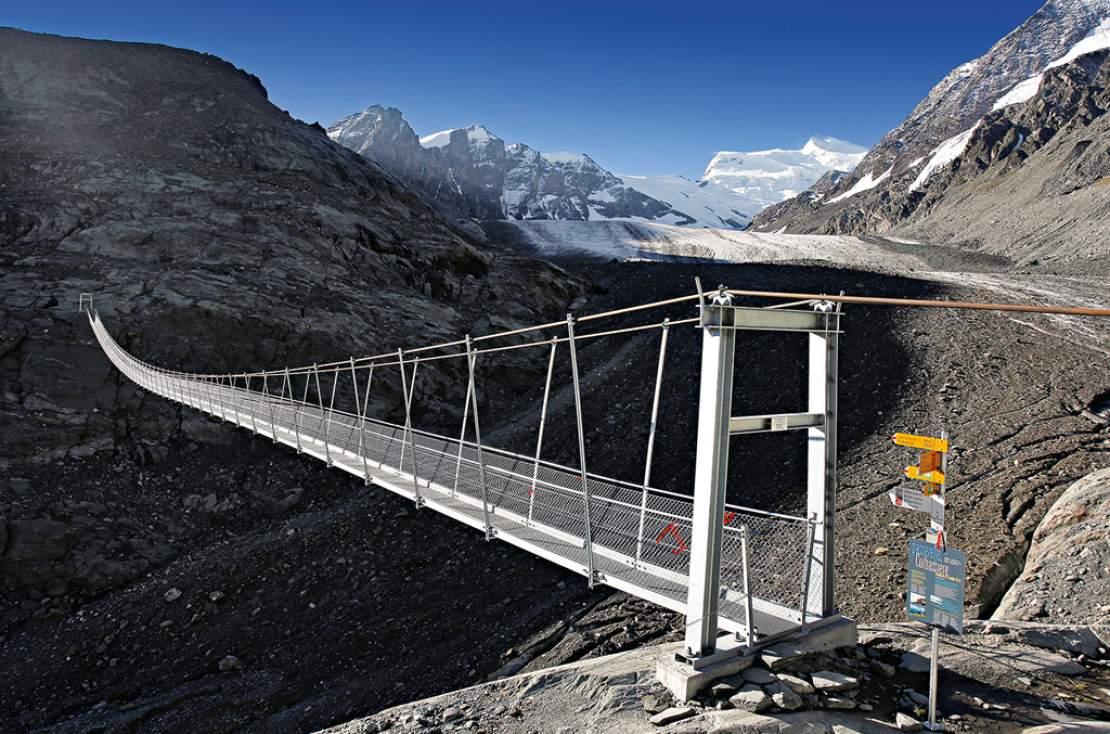 La passerelle suspendue au dessus du glacier de Corbassière. Il s'agit d'une des plus grands glacier de Suisse romande.