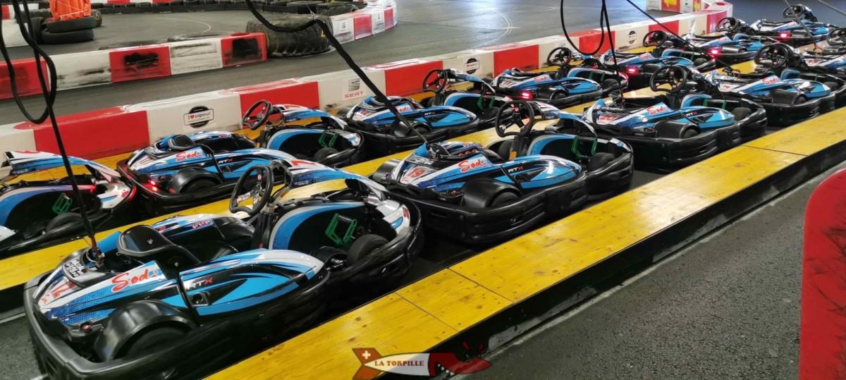 Des karts électriques en recharge à Funplanet Rennaz.