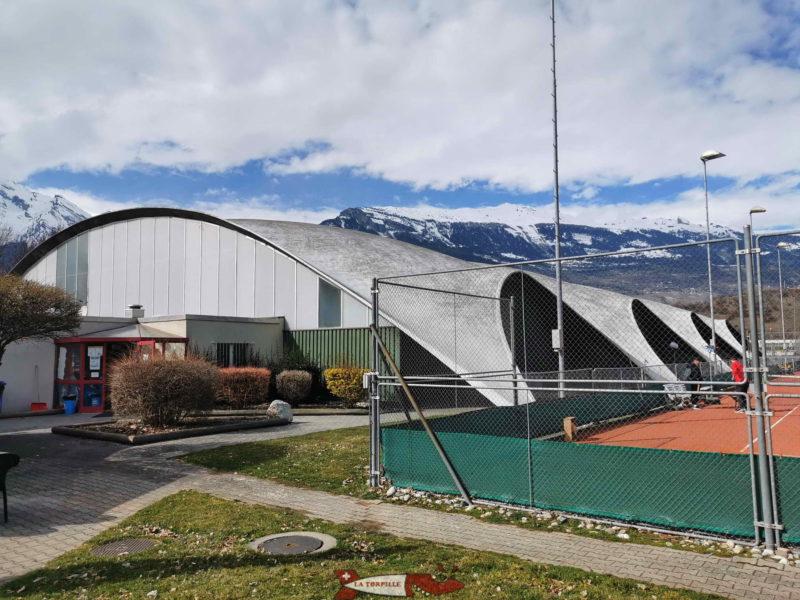 Le bâtiment couvert du tennis qui héberge la réception. domaine des iles de Sion.