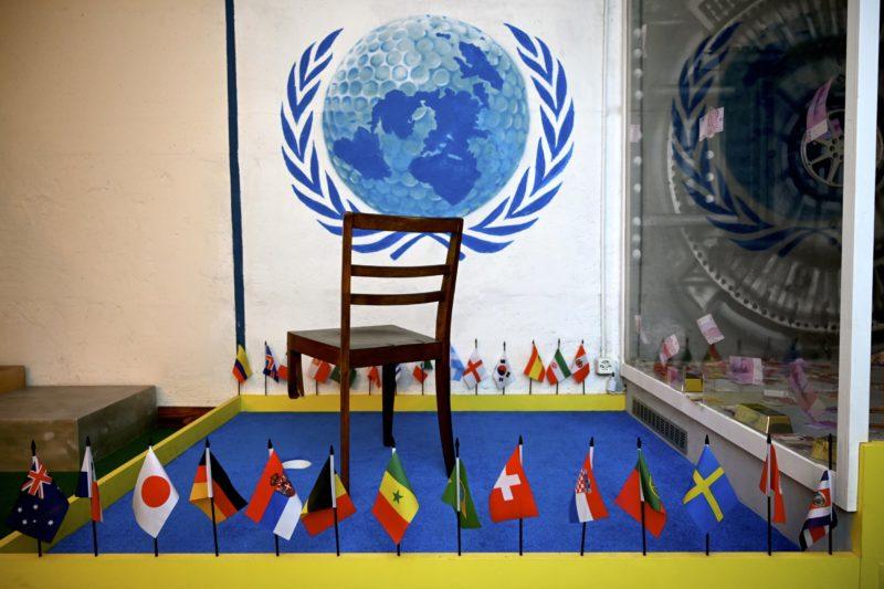"""Une piste avec une réplique miniature de la """"chaise cassée"""" de la Place des Nations à Genève."""