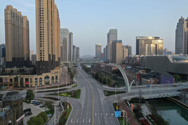 Les rues désertes de la mégalopole de Wuhan lors du confinement de ses habitants le 10 mars 2020.