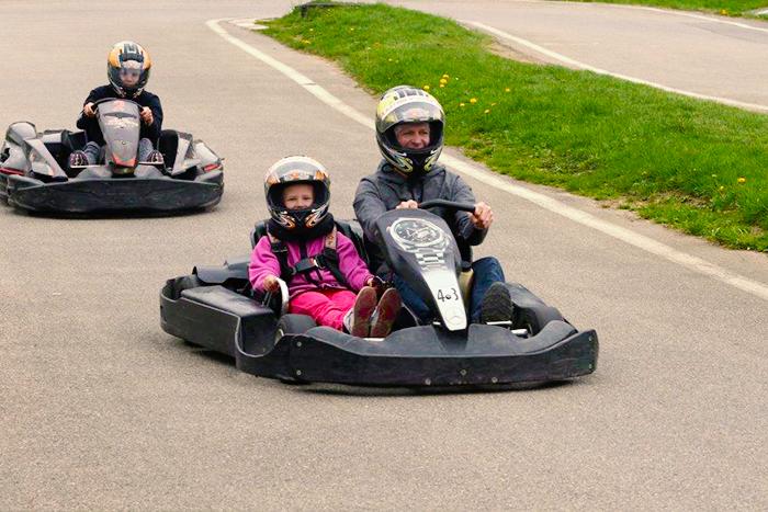 Un kart biplace pour enfant de 3 à 10 ans.