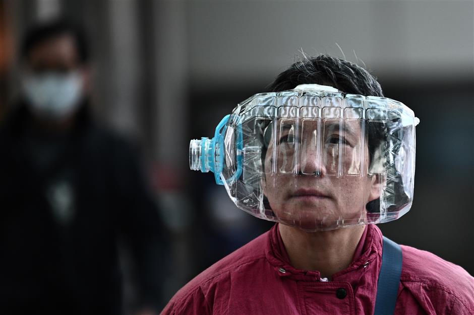 Une personne avec un masque artisanal en Chine
