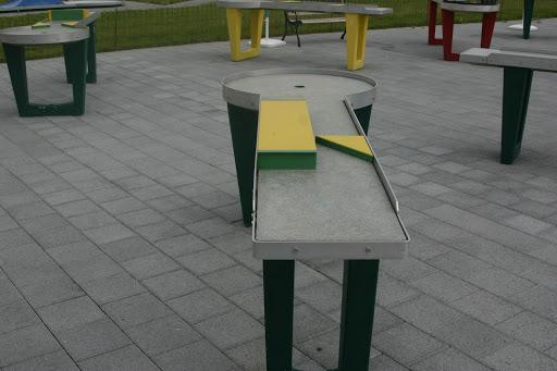 Un des 18 trous qui fait partie du parcours sur table