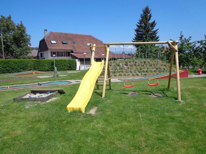 Une petite place de jeux pour les enfants.