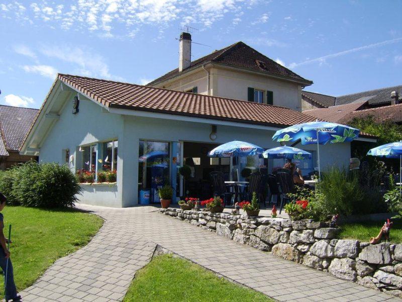 Un restaurant avec une terrasse extérieure permet de se restaurer ou boire un verre.